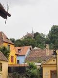 小山biserica声浪成交的教会在Sighisoara城堡 免版税库存照片
