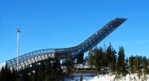 小山holmenkollen上涨新的滑雪 库存照片