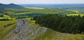 从小山Jelenia hora的panoramatic看法在周围 库存图片