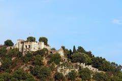 小山Parga风景的老被破坏的堡垒 免版税库存照片