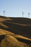 小山windturbines 免版税库存照片