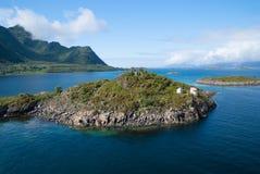小岛在海 田园诗天空的群岛 在海岛上的暑假 移动和旅行癖发现您的自由 库存图片