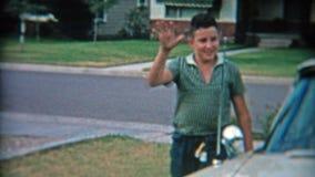 小岩城,阿肯色1957年:骄傲的妈妈和儿子在新57'拔普利茅斯汽车 影视素材
