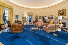 小岩城, AR/USA -大约2016年2月:白宫的白宫椭圆形办公室复制品在比尔・克林顿总统中心和图书馆 库存照片