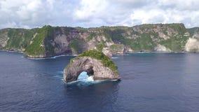 小岩石曲拱海岛在海 努沙Penida,印度尼西亚 4k鸟瞰图 股票视频