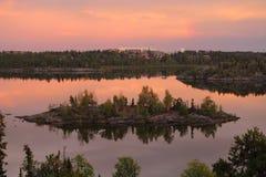 小岩质岛在剧烈的光的,耶洛奈夫,西北地区Frame湖 免版税库存照片