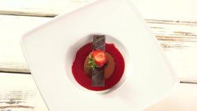 小巧克力蛋糕用草莓 股票录像
