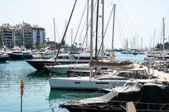 小帆船和游艇靠码头在比雷埃夫斯,希腊港  免版税库存图片