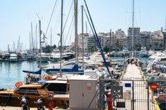 小帆船和游艇靠码头在比雷埃夫斯,希腊港  免版税库存照片