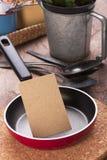 小平底锅和空白的笔记 图库摄影