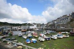 小康沃尔渔村港口有渔船的 免版税库存照片