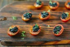 小开胃菜用西红柿和黑鱼子酱 库存照片