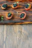小开胃菜用西红柿和黑鱼子酱 库存图片