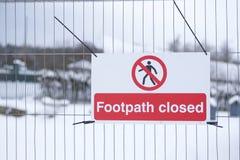 小径在公开国家公园关闭了在篱芭的标志 免版税库存图片