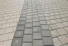 小径的黑和灰色鹅卵石在一个几何样式被放置了 他们佩带与时间 免版税库存图片