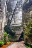 小径穿过岩石城市在Adrspach 图库摄影