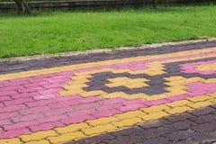 小径颜色和形状砖阻拦cemen水泥纹理backg 库存照片
