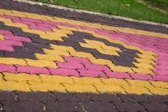 小径颜色和形状砖阻拦cemen水泥纹理backg 免版税库存照片