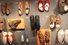小微小的历史儿童鞋子 免版税库存照片