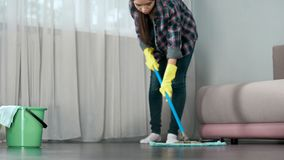 小心地洗涤旅馆客房的地板佣人在客人前到来,清洗 免版税图库摄影