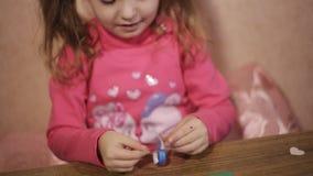 小心地胶合色纸的小女孩 quilling diy手工制造 股票视频