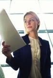 小心地读文本的年轻时髦的学生 免版税库存照片