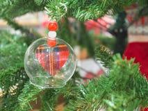 小心脏的关闭在垂悬透明的中看不中用的物品的球  免版税图库摄影