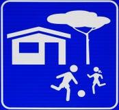 小心,戏剧的孩子 路牌有蓝色背景,没有文本 免版税库存照片
