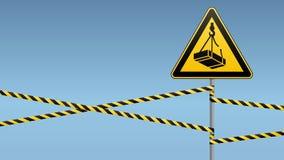 小心-危险从装载的高度的5月秋天 安全标志 在金属杆的三角标志与警告带 轻的backgr 图库摄影