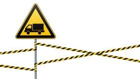 小心-危险警报信号安全 当心汽车 与一个黑图象的一个黄色三角 在杆的标志和 免版税图库摄影