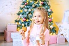 小快乐的孩子喝牛奶并且吃麦甜饼 Brea 免版税库存照片