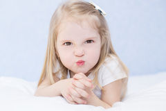 小恼怒的女孩画象  免版税库存图片