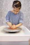 小愉快的女孩与横式转盘一起使用 免版税图库摄影