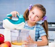 小愉快的女孩准备一个苹果饼 免版税图库摄影