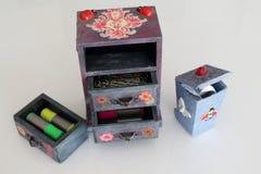 小手工制造废物箱decoupaged与瓢虫和蝴蝶,使用decou不同的技术装饰的手工制造对象  免版税库存照片