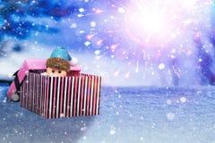小手工制造礼物盒和圣诞老人在发光的蓝色夜 免版税库存照片