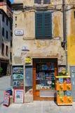 小报亭在卢卡,托斯卡纳,意大利中世纪老镇  免版税图库摄影