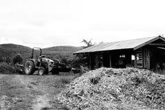 小拖拉机和棚子 库存照片