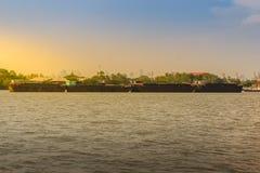 小拖轮拉扯晁Phra的一艘大运输驳船 库存照片
