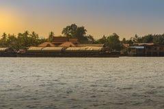 小拖轮拉扯晁Phra的一艘大运输驳船 免版税库存图片