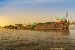 小拖轮拉扯晁Phra的一艘大运输驳船 库存图片
