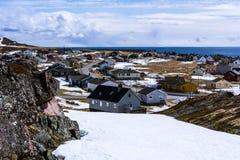 小挪威村庄的看法海滨的 免版税库存照片