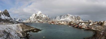 小捕鱼港口雷讷冬天全景在Lofoten海岛上的, 免版税库存照片