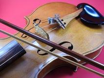 小提琴、一台木串仪器和弓的特写镜头 库存图片