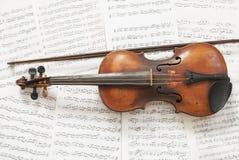 小提琴和活页乐谱 免版税库存照片