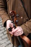 小提琴在violunist的手上 免版税库存图片