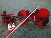 小提琴恋人在巴黎 库存图片