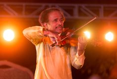 小提琴手L执行在印度的Subramiam博士 免版税库存照片