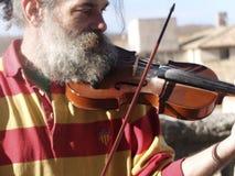 小提琴球员,有厚实的白色胡须的,在加泰罗尼亚的服装 免版税库存图片