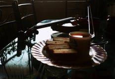 小提琴用茶和蛋糕! 库存图片